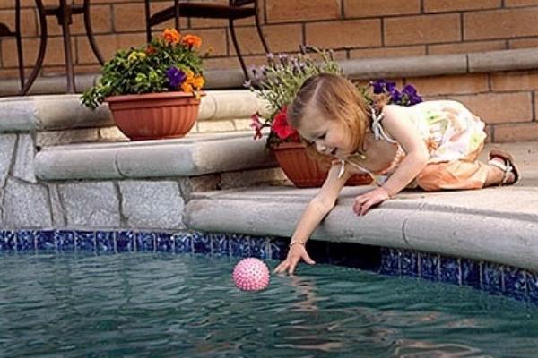 SIW crianca borda piscina